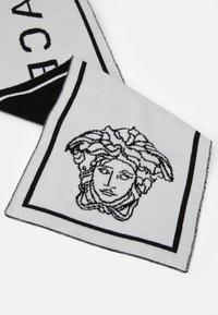 Versace - SCIARPA MAGLIA JUNIOR UNISEX - Scarf - nero /bianco - 2