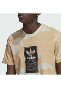 adidas Originals - CAMO AOP TONGUE - T-shirts print - grey - 4