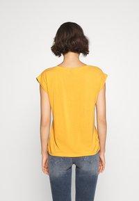 Pieces - PCKAMALA TEE - Camiseta básica - nugget gold - 2