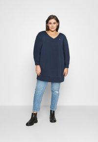Tommy Jeans Curve - TJW V-NECK SWEAT DRESS - Day dress - twilight navy - 1