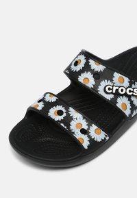 Crocs - CLASSIC VACAY VIBES - Sandály do bazénu - black - 7