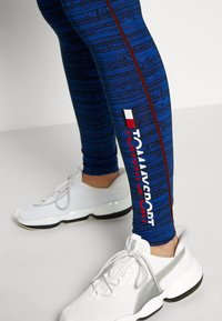 Tommy Sport - HIGH SUPPORT PRINTED LEGGING - Leggings - blue - 6