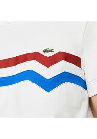 Lacoste - Print T-shirt - blanc/rouge/bleu - 4