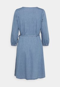 Vero Moda Tall - VMHENNA WRAP SHORT DRESS - Denimové šaty - light blue denim - 7