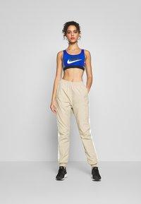 Nike Sportswear - MED PAD ICNCLSH BRA - Top - game royal/black/smoke grey/(limelight) - 1