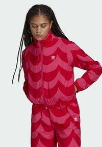 adidas Originals - X MARIMEKKO - Veste de survêtement - vivid red/team real magenta - 0