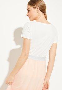 comma - MIT SCHMUCKSTEIN-APPLIKATION - Print T-shirt - white - 2