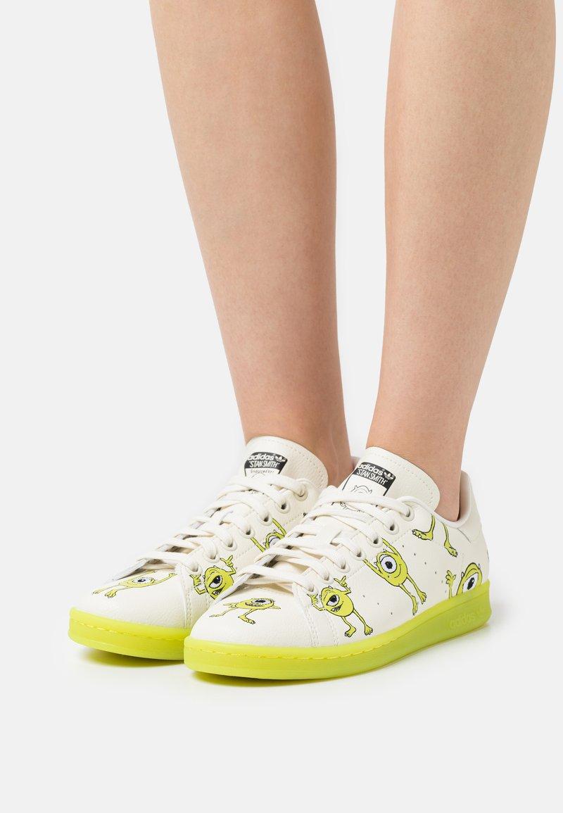 adidas Originals - STAN SMITH WALT DISNEY PRIMEGREEN ORIGINALS SNEAKERS SHOES - Tenisky - off white/pantone/core black