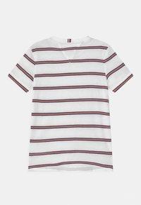 Tommy Hilfiger - ESSENTIAL STRIPE - Camiseta estampada - white - 1
