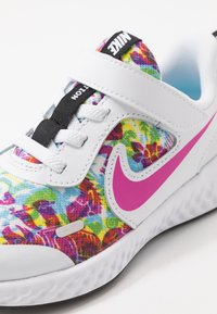 Nike Performance - REVOLUTION 5 FABLE - Hardloopschoenen neutraal - white/fire pink/blue fury
