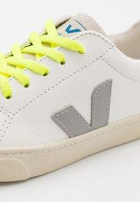 Veja - SMALL ESPLAR LACE UNISEX - Sneakers laag - extra white/grey/jaune/fluo - 5