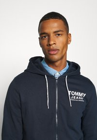 Tommy Jeans - ESSENTIAL GRAPHIC ZIPTHROUGH - Collegetakki - twilight navy - 3