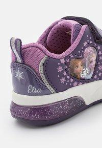 Geox - DISNEY FROZEN ELSA ANNA JUNIOR SPACECLUB GIRL - Sneakers laag - purple/mauve - 5