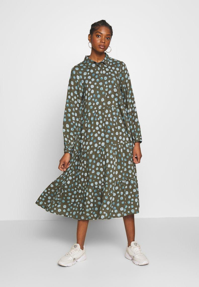 Monki - PEARL DRESS - Skjortekjole - khaki/blue