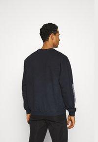 Mennace - UNISEX SPRAY PAINT  - Sweatshirt - washed black - 2