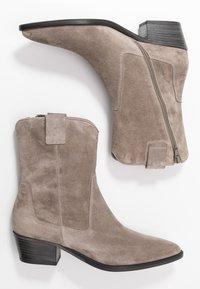 Kennel + Schmenger - EVE - Cowboy/biker ankle boot - taupe - 3