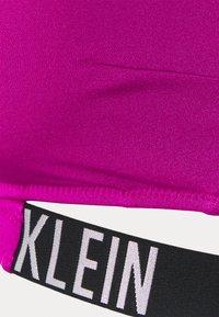 Calvin Klein Swimwear - INTENSE POWER CROSSOVER BRALETTE - Bikini pezzo sopra - purple - 5