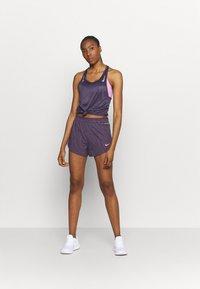 Nike Performance - Korte broeken - dark raisin/bright mango - 1