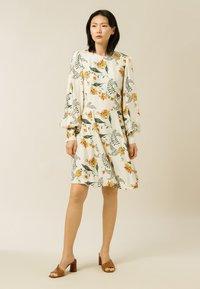 IVY & OAK - DIANA - Day dress - vanilla big flower tendril - 0