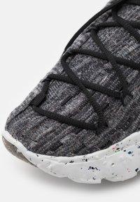 Nike Sportswear - SPACE HIPPIE  - Baskets basses - iron grey/photon dust/black/hyper crimson - 7