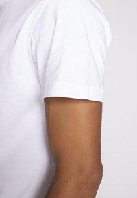 Calvin Klein Jeans - INSTIT CHEST TEE - T-shirt med print - bright white - 3
