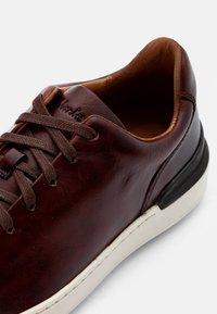 Clarks - COURT LITE LACE - Sneakersy niskie - dark tan - 5