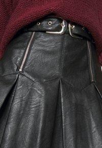 Topshop - PLEAT BUCKLE MINI SKIRT - Minisukně - black - 4