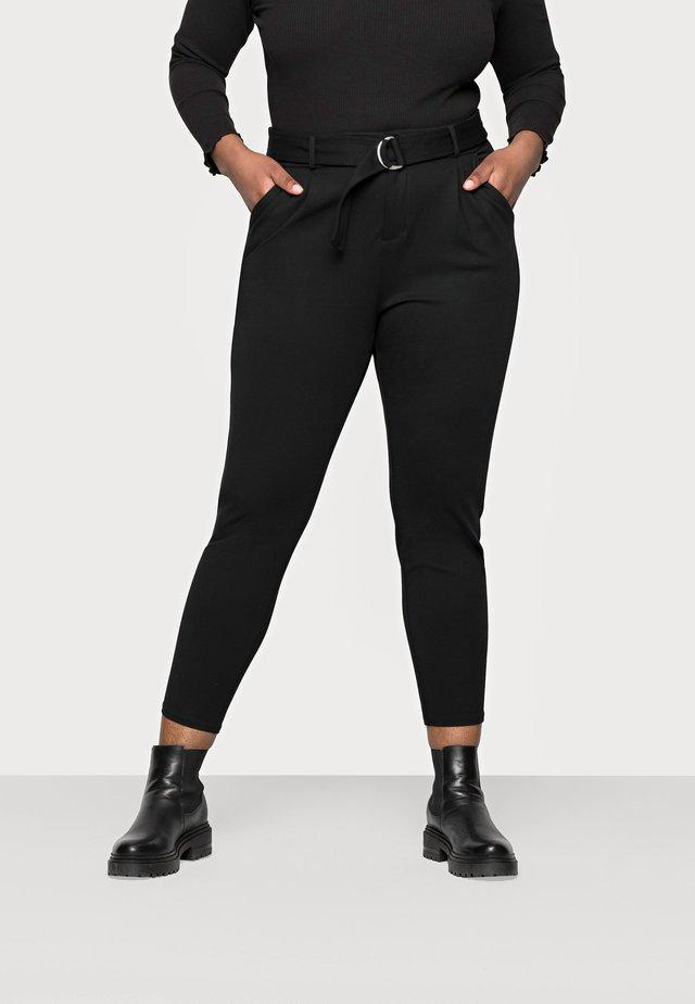 VMEVA LOOSE BELT PANT CURVE - Broek - black