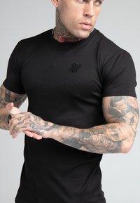 SIKSILK - FINE GYM TEE - T-shirt - bas - black - 4