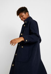 Monki - WILLY COAT - Zimní kabát - navy - 3