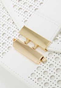 Forever New - PIPER LASER CUT TOP HANDLE BAG - Kabelka - white - 4