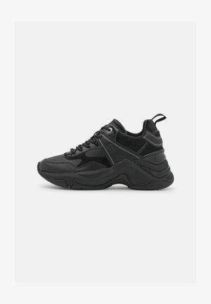 WARM LINED FASHION WEDGE  - Zapatillas - black