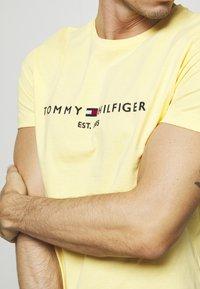 Tommy Hilfiger - LOGO TEE - T-shirt z nadrukiem - yellow - 4
