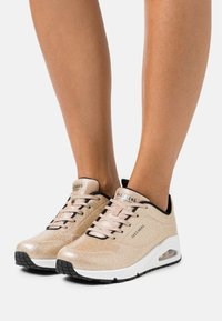 Skechers Sport - UNO - Joggesko - champagne gold glitter hot melt - 0