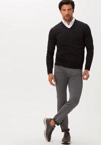 BRAX - STYLE CHUCK - Slim fit jeans - graphit - 1