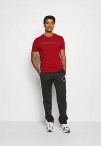 Champion - LEGACY CREWNECK - T-shirt imprimé - dark red - 1