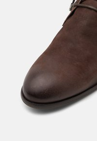 Shelby & Sons - YARDLEY CHUKKA - Šněrovací boty - brown - 5