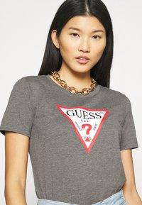 Guess - T-shirts med print - medium charcoal heather - 4