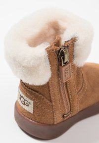 UGG - JORIE - Baby shoes - chestnut - 2