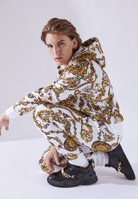 Versace Jeans Couture - PRINT REGALIA BAROQUE - Verryttelyhousut - bianco/gold - 3