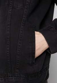 Levi's® - VINTAGE FIT TRUCKER UNISEX - Kurtka jeansowa - black trucker - 3