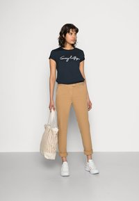 Tommy Hilfiger - HERITAGE - Chinos - classic camel - 1