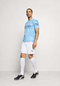 Puma - MANCHESTER CITY REPLICA - Träningsshorts - white/peacoat - 1