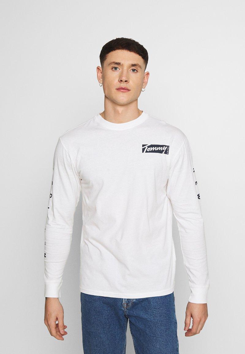 Tommy Jeans - LONGSLEEVE SCRIPT BOX TEE - Long sleeved top - white