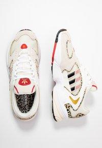 adidas Originals - 2000 W - Sneakersy niskie - chalk white/offwhite/scarlet - 5