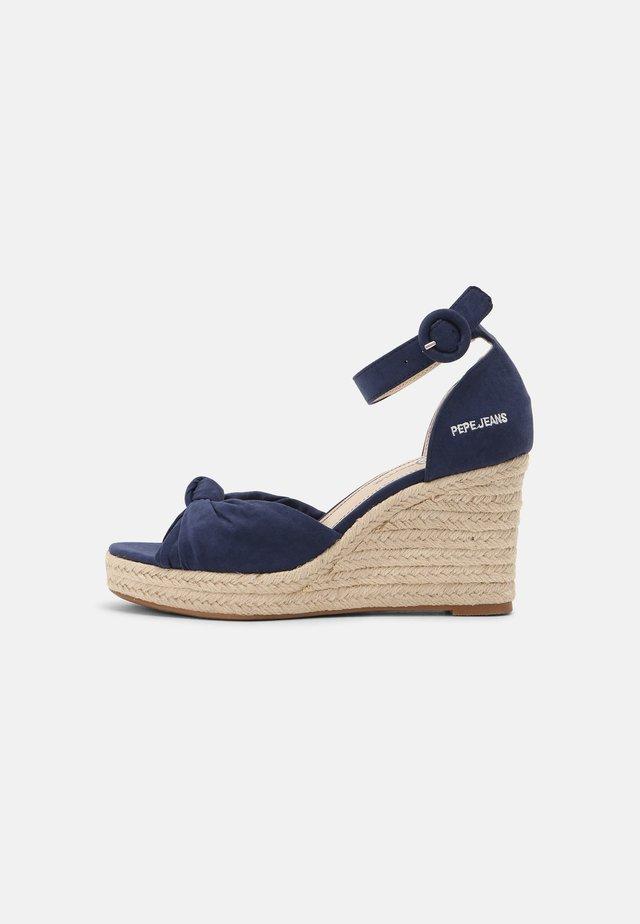 MAIDA PEACH - Sandały na platformie - navy