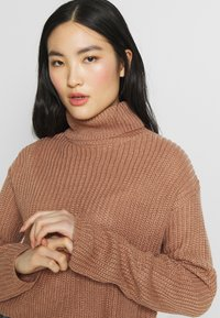 Missguided - ROLL NECK CROP JUMPER - Jumper - dusty camel - 5