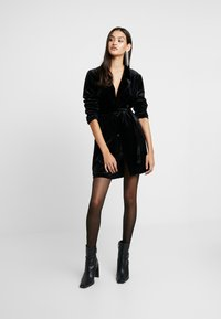 Glamorous - BLACK FRIDAY BLAZER DRESS - Denní šaty - black velvet - 1