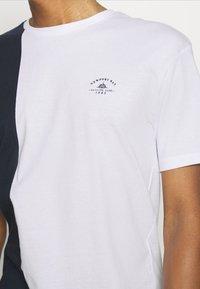 Newport Bay Sailing Club - SPLIT - Print T-shirt - navy/white - 3