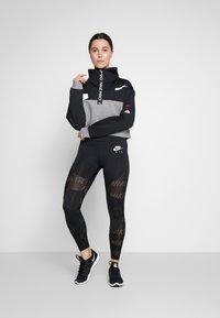 Nike Performance - DRY - Felpa - black/carbon heather/white - 1